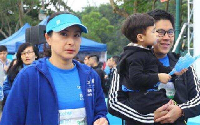 蓝朋友报到:郭晶晶首次带儿子  参加慈善跑
