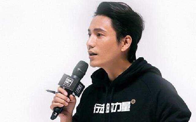 蓝朋友报到:陈坤伏地书写行走寄语 与周迅创办表演学堂
