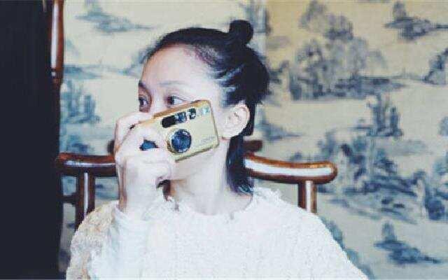 蓝朋友报到:周迅扎丸子头少女十足 化身摄影师帮陈坤拍照
