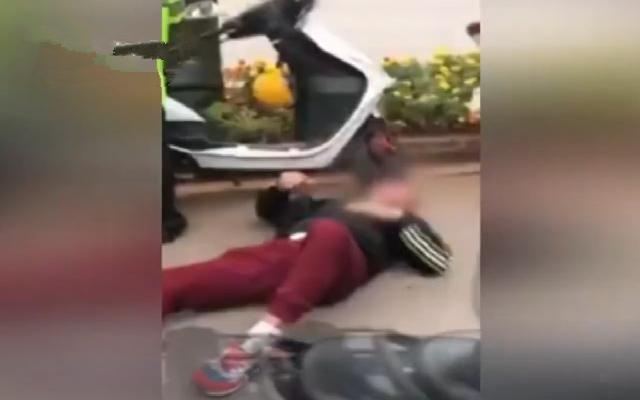 摩托男碰瓷交警演技开挂 躺地耍赖称犯病