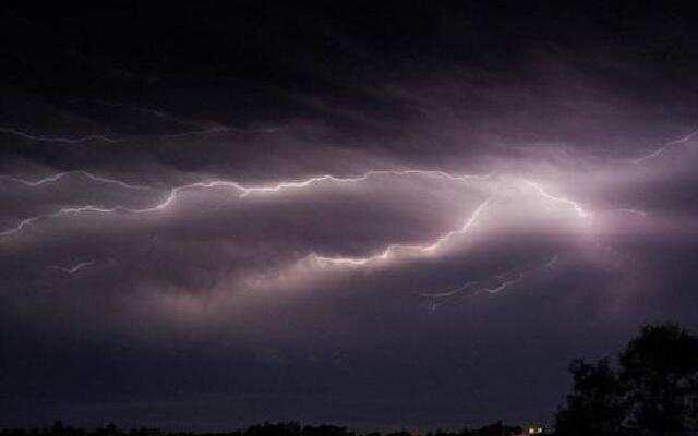 超雷暴侵袭澳大利亚 犹如核弹爆炸