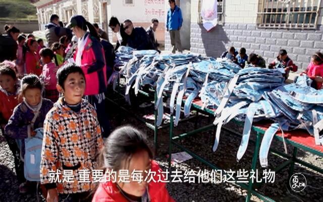 【更上海-】他爬上高原送眼镜于是他成了高原看得见的风景
