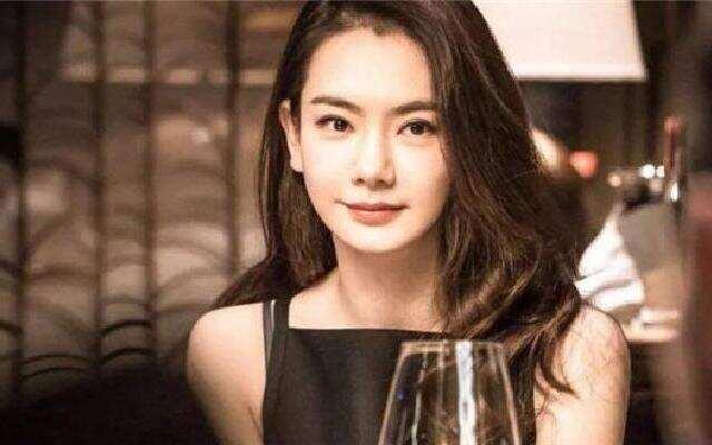 """剧爱找茬:窦靖童携IphoneX意外穿越 """"戚哥""""牌双眼皮了解一下?"""
