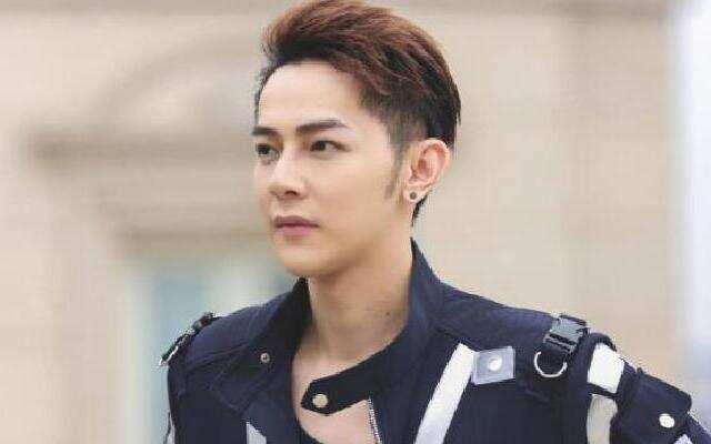 蓝朋友报到:超暖男!汪东城520亲自为粉丝送上玫瑰花