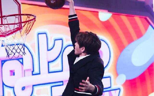 蔡徐坤球技秀 运球扣篮投篮 什么不会呀