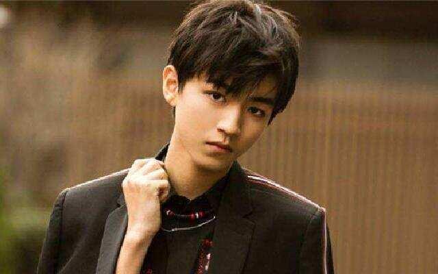 王俊凯最新硬照展现成熟魅力