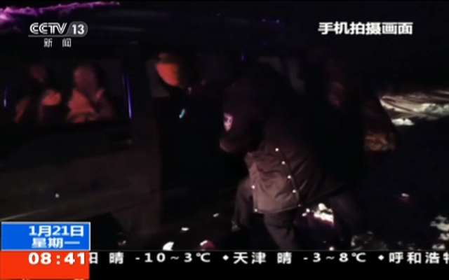 新疆额敏:风吹雪致车辆被困  紧急救援