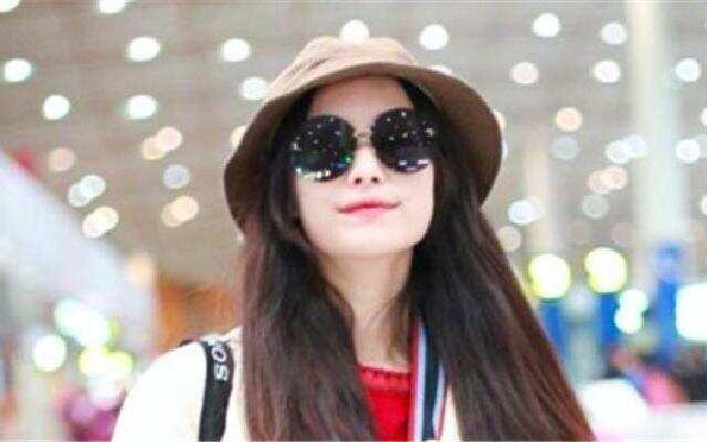 蓝朋友报到:倪妮独自现身机场显疲态  反拍路人乐趣十足