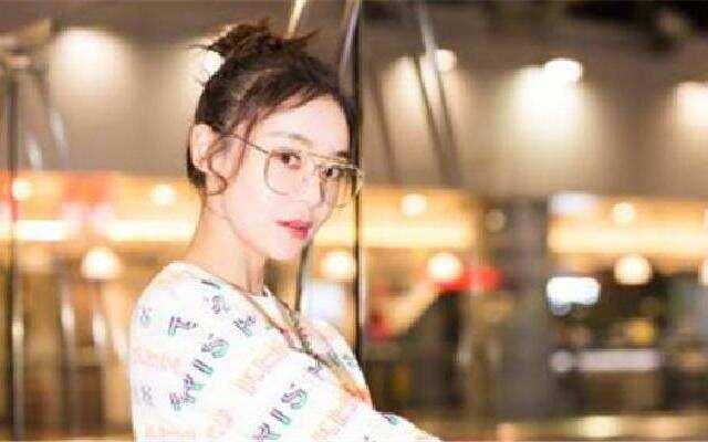 袁姗姗飞巴黎时装周