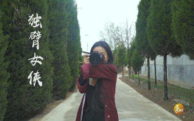 独臂女孩苦学摄影