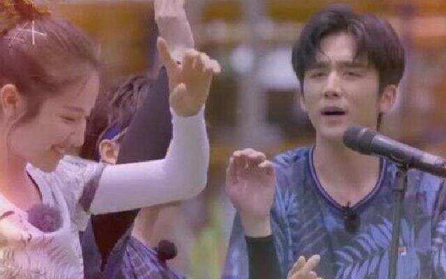 """《青春环游记》: """"旧时光""""搭档同框演唱 张新成李兰迪《追梦人》"""