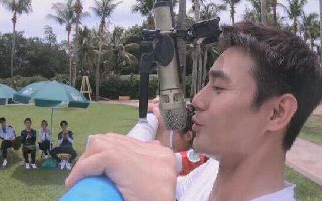 《青春环游记》:王凯臂力惊呆众人 多姿势演唱《刀剑如梦》