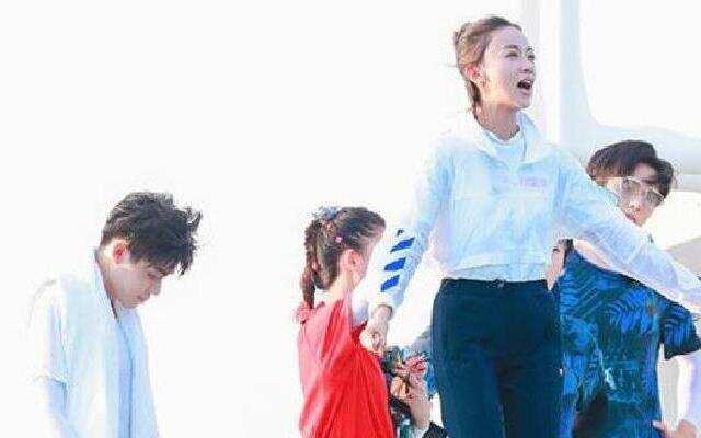 《青春环游记》:吴谨言跳海落泪 人生贵在勇于尝试