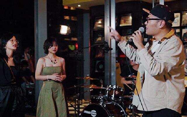 《现场人生 Life·Live》:司徒赫伦和路人嗨唱歌曲 用音乐打破陌生感
