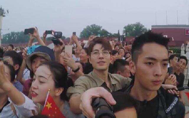 《各位游客请注意》:陈学冬一行看升国旗 众团友自豪感油然而生