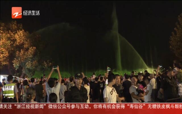 """夜西湖依然""""人从众""""  想看音乐喷泉有点难"""
