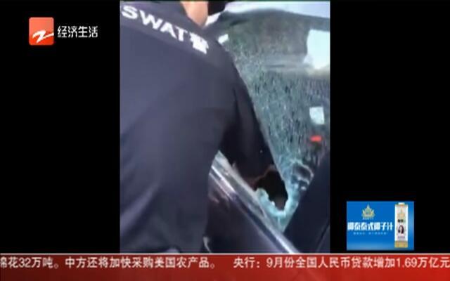 一孩子被反锁车内  民警合力营救