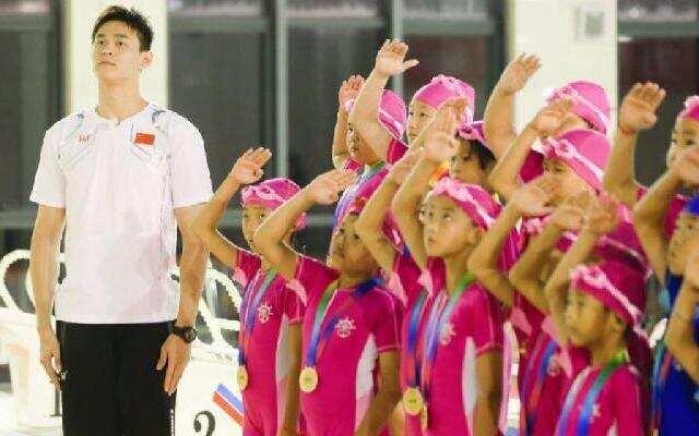 《同一堂课2》:学生游泳池抽筋 看孙杨正确按摩手法
