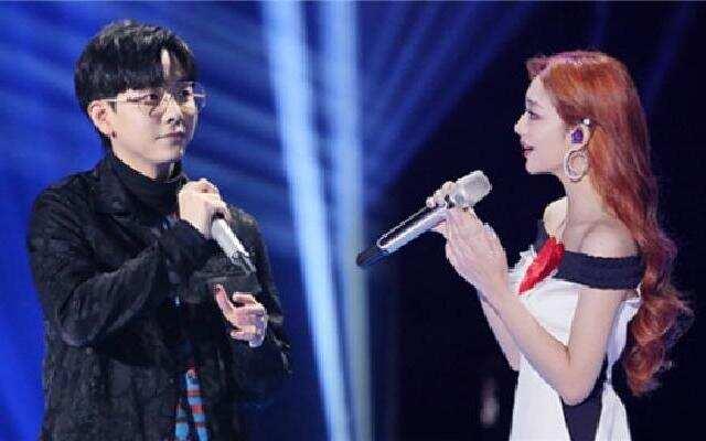 蓝朋友报到:胡夏李紫婷合唱《遗憾》  遭犀利评价像商演