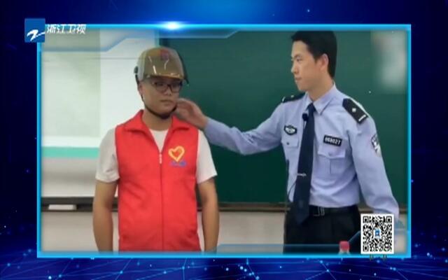 浙江电动车新规实施  交警全英文给留学生讲解安全条例